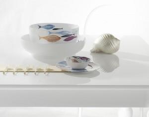 Desart ripropone un decoro realizzato da Ken Scott negli anni '40 un'intramontabile fantasia popolata da coloratissimi e stilizzati pesci che vanno a decorare piatti e pezzi grandi a servire