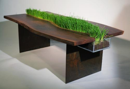 complementi tavolo di emily wettstein in legno di noce e acciaio corten attraversato da un vaso
