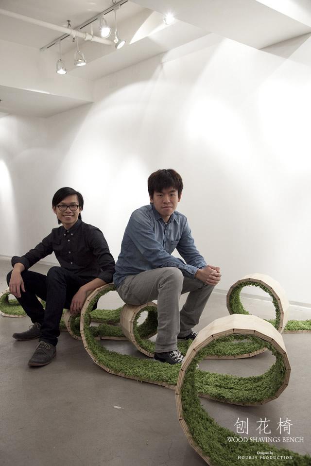design 4 designer di hour25 di hong kong hanno realizzato una panchina in legno truciolare a forma di spirale rivestita internamente da un tappeto di erba