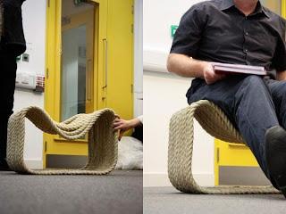 seduta - corda è un idea del designer Jon Fraser , che ha pensato ad una maniera diversa per usare una corda di 80 metri impregata di resina poliuretanica e modellata su stampi