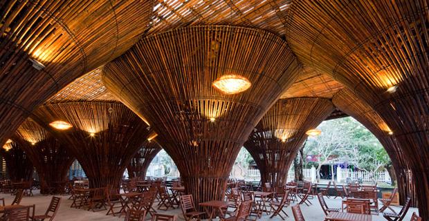 arch Kontum Indochine Café è un bar in bambù parte di un complesso alberghiero lungo il fiume Dakbla, nella città di Kontum, in Vietnam1