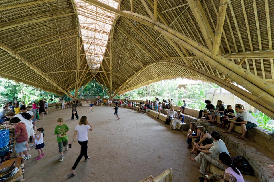 arch green school. nel profondo dela giumgla balinese un complesso scolastico in bamboo diventa il luogo per formare una nuova generazione di leader per la sostenibilità