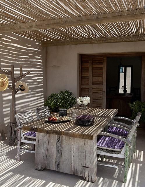 est soffitto Il sole che filtra dalla copertura in canne di bambù regala una fresca penombra al grande patio della casa a formentera