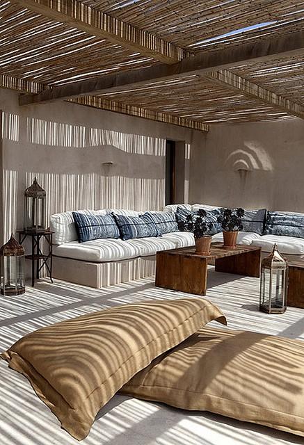 est soffitto Il sole che filtra dalla copertura in canne di bambù regala una fresca penombra al grande patio della casa a formentera2g
