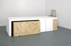 arc molto diveri eppure Lo Studio Polpodi Sheffield ha scelto la Pietra Acrilicae OSB per realizzare una serie di arredi destinati allo spazio espositivo di bloc project