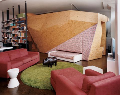 sala Openshop Design Studio per una struttura nel bel mezzo di un loft di Brooklyn crea una crisalide di comfort per una coppia e il loro bambino