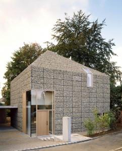 arch Titus Bernhardt Architekten hanno realizzato una casa con una facciata gabbioni