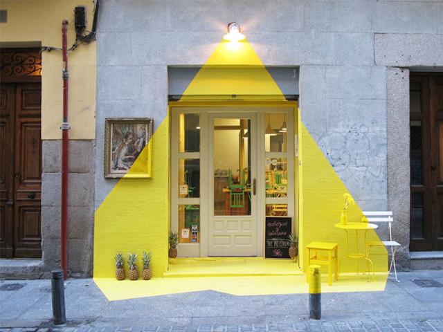 originale il team spagnolo FOS ha creato l'installazione FOS (in greco luce) per l'ingresso del rist. vegetariano rayen di madrid