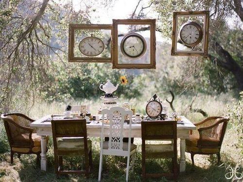 cornici a tavola in giardino allestimento cornici orologi