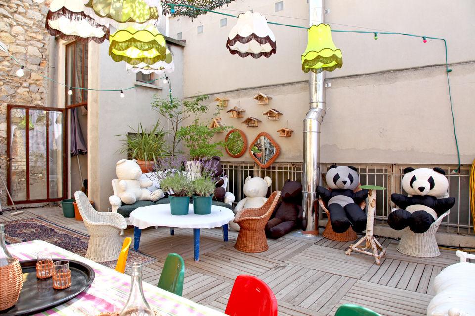 luci lampadari e specchi la casa colorata e originale di Mitri hourani