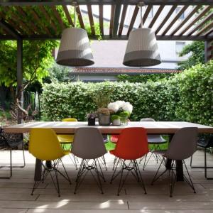 sedie e lampadario -per-sala-da-pranzo-moderne-contemporaneo-terrazzo-e-balcone-with-siepe-in-italy-by-studio-davide-cerini-300x300