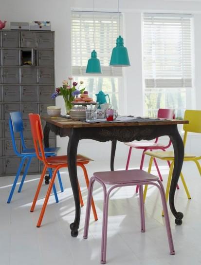 sedie e sgabelli tavolo-antico-e-sedie-colorate