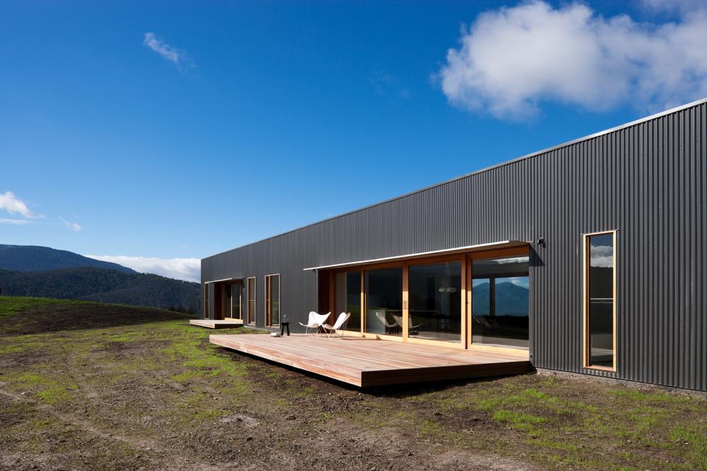aRch Finnon Glen casa fattoria a melbourne era un progetto congiunto di architetti JCB e Doherty Lynch dopo gli incendi del 2009.Una forte struttura rettangolare rivestito in lamiera nero