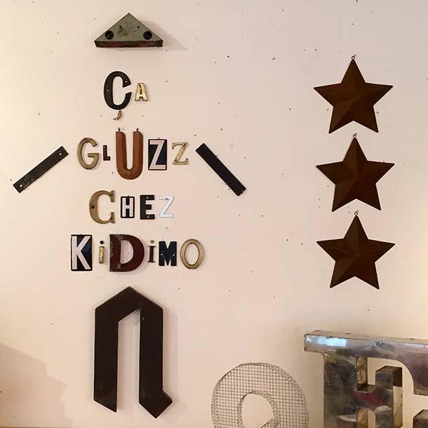 immagine famose lettere di kidimo negozio di parigi le parole prendono forma grazie alla creatività di nicolas flachot