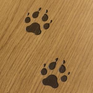impronte complementi zampe Il parquet predefinito impronta, dalla linea tracce di Cadorin presenta un decoro in basorilievo con impronta dell'orso o del lupo