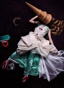Un team di moda composto dal fotografo Toufic Araman, dalla stilista Kegham Djeghalian e dal produttore Diana Maatouk, hanno creato un'immagine di moda tra surrealismo e pop art