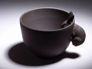 coniglio per commemorare la festa La favola nota dei cinesi chiamato Il Coniglio sulla Luna realizzati in argilla nera