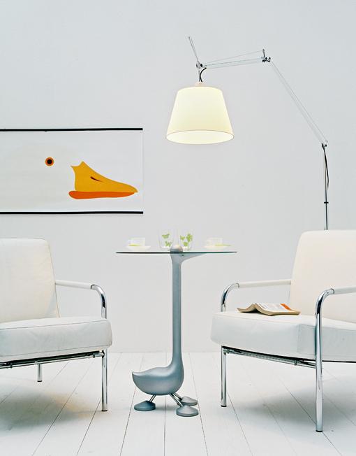 gallina oca Sirfo tavolino design Alessandro Mendini 1986, produzione Zabro-Zanotta. Sulla parete L'oca design Enzo Mari per Danese, 1967