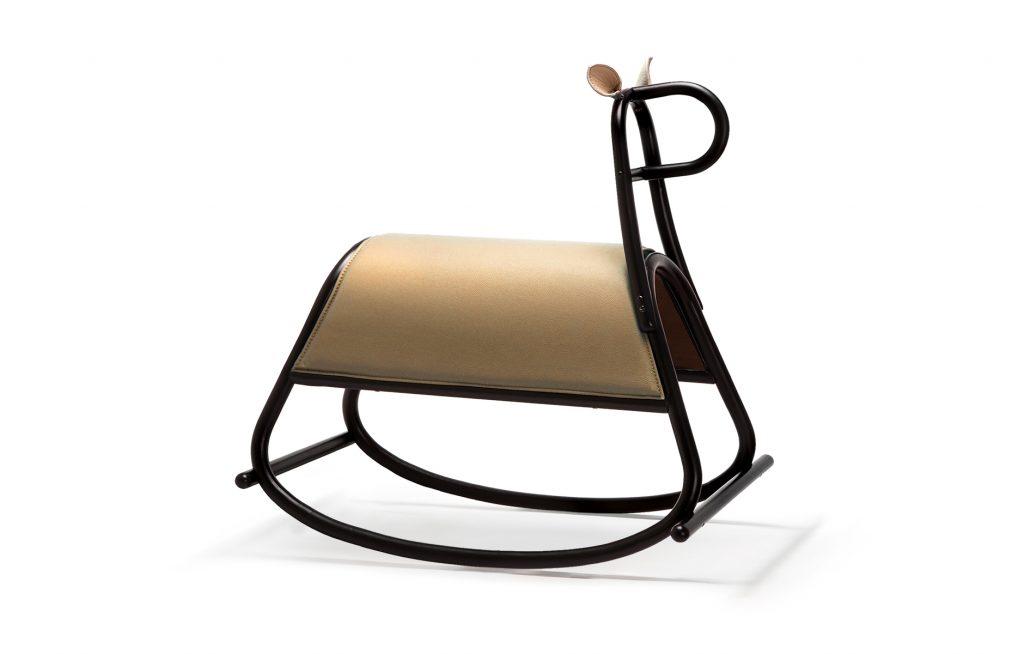 l cavallo a dondolo Furia è ispirata alla iconica sedia a dondolo Gebrüder Thonet Vienna. E 'un pezzo dinamica ludica di arredi, progettato da anteriore nella tecnica classica in legno curvato.