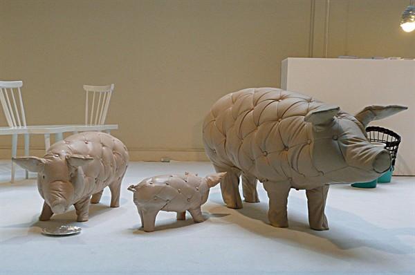 maiale questi maiali da salotto sono una via di mezzo tra un puf e un divano da un idea dedel duo di designer fehling&peiz i