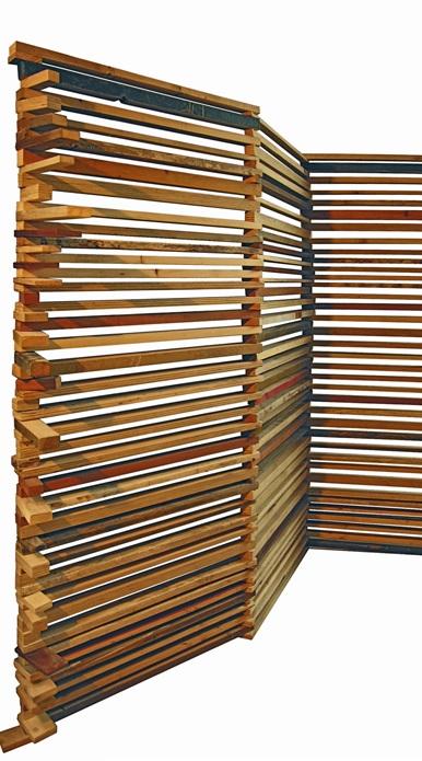 riuso Separé-appendiabiti in listelli di multistrato riciclato imperniati e direzionabili. Struttura di ferro con mensole in legno. controprogetto