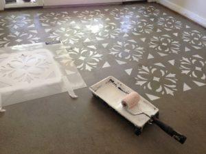 stencil-per-decorare-il-pavimento-marrone