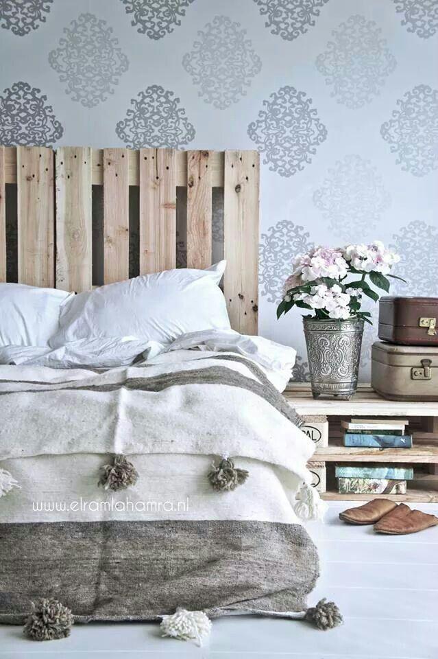 pallet-letto-di-pallet-con-comodino-effetto-shabby-chic-con-testiera-letto