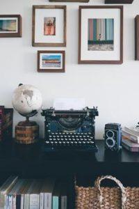accesori mappamondo e macchina da scrivere