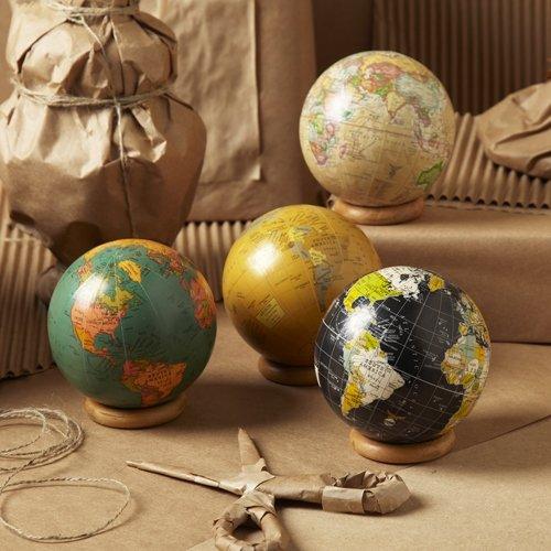 .amazon Two's Company - Mappamondo decorativo con anello di supporto, in confezione regalo, colore sabbia