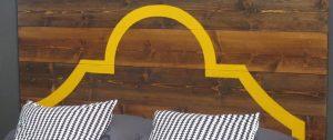 legno-testata-realizzata-con-assi-di-legno-freeze-lavabile-grigia-e-smalto-giallo