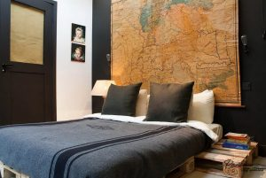 map testata Vintage-bedroom-interior-with-an-old-map-wall-decoration