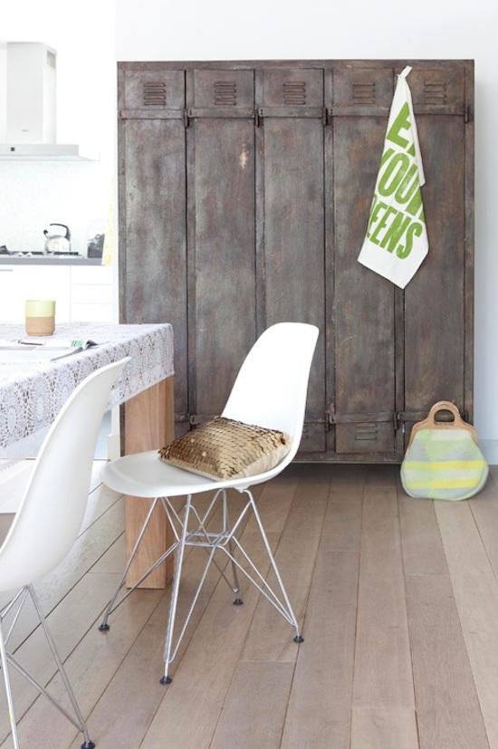 una casa eclettica in olanda armadietto-metallo-+-sedie-Eames-+-cuscino-oro