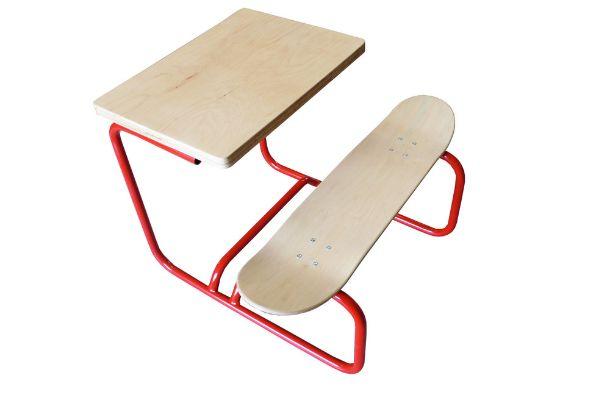 vintage banco scrivania di LEÇONS DE CHOSES realizzata con uno skateboard come base della panca. struttura in merallo e piani in legno d'acero
