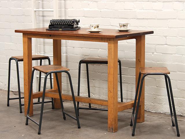 vintage banco www.scaramangashop.co.uk recupera vecchi arredi scolastici come questo tavolo da laboratorio di scenze con piano in iroko e completato da sgabelli in acciaio e ferro