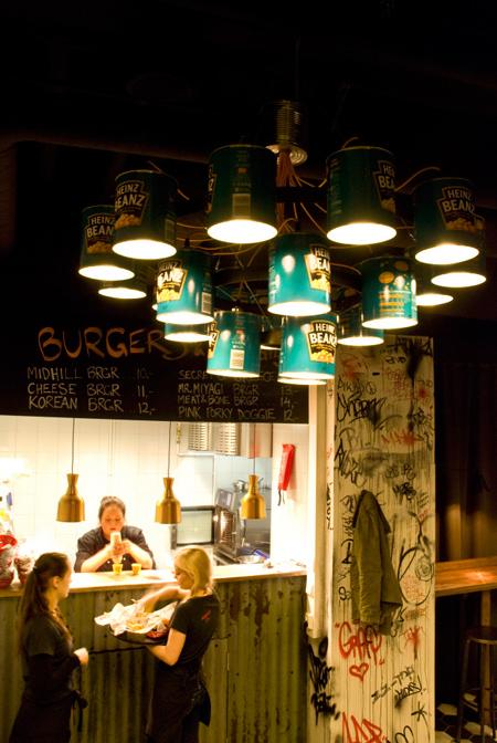 andy-lampadario-nel-ristorante-midhill-dello-chef-hans-valimak-di-willem-heeffer-fatto-con-lattine-di-heinz-beanz-fagioli-in-scatola-gia-icona-pop-art