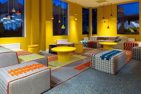 sala-relax-gialla-arredato-con-il-designer-spagnolo-di-patricia-urquiola-copia