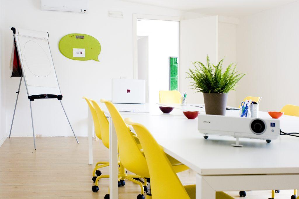 sedie-colorate-sala