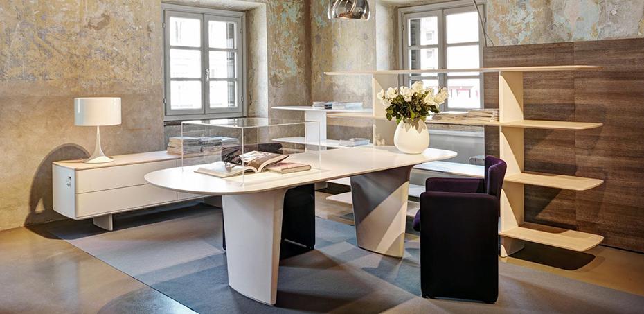 scrivania-shift-di-tecno-la-semplice-forma-ovale-della-scrivania-e-progettata-per-conferire-flessibilita-e-non-ne-implica-un-utilizzo-predefinito