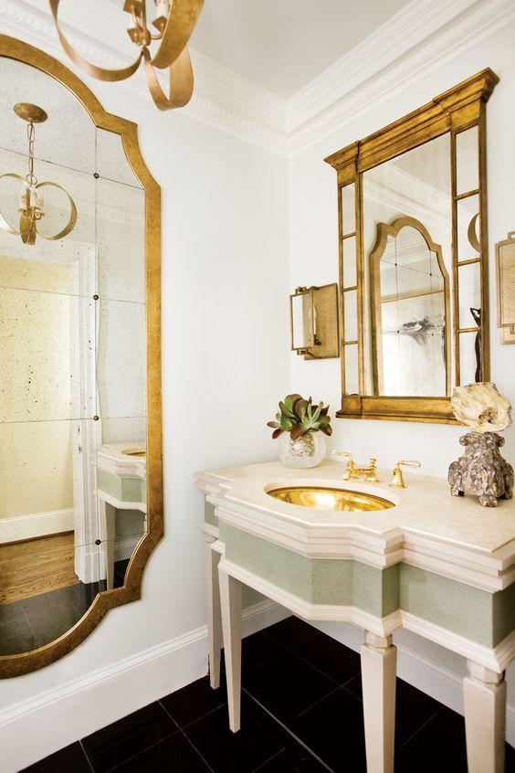 bianco-e-oro-bagno-classico-e-luminoso-grazie-anche-agli-specchi