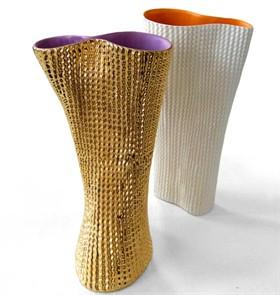 design-effetto-cartone-per-i-vasi-di-paolo-ulian-la-cui-superficie-ricorda-quella-della-carta-da-imballo-ma-lapparenzainganna-perche-sono-di-ceramica