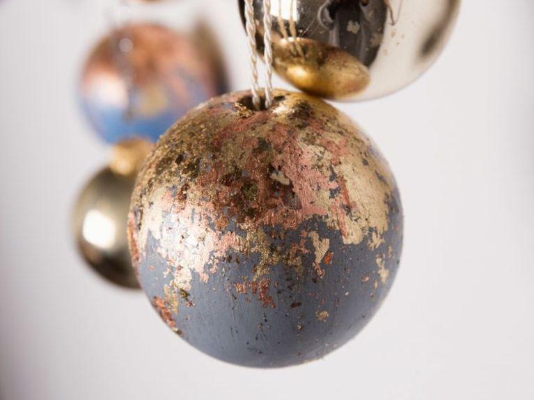 natale-palline-di-natale-di-legno-decorate-a-foglia-doro-vedi-tutorial