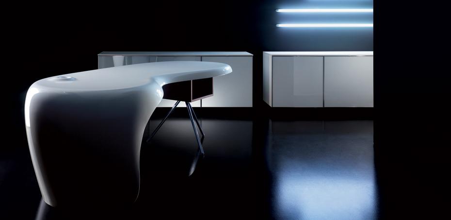 scrivania-uni-di-della-rovere-si-distingue-per-forma-e-innovazione-e-lutilizzo-di-materiali-insoliti-per-il-mondo-ufficio