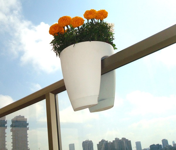 terrazzo-design-greenbo-e-un-vaso-da-ringhiera-progettato-per-adattarsi-a-qualsiasi-tipo-di-balcone-include-un-sistema