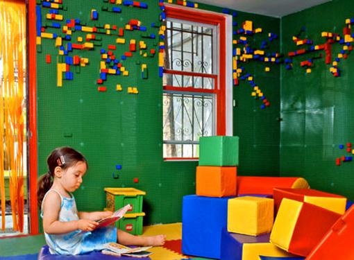 lego La carta da parati Lego in 3D è stata progettata nel 2011 dai designer newyorchesi di I-Beam per il Cafe Boo Bah di Brooklyn