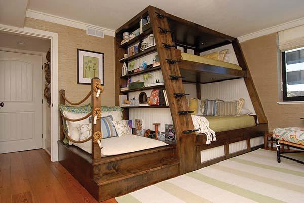 struttura attrezzata con libreria e tre letti matrimoniali e dunque addirittura sei posti letti sviluppati su un'area minima