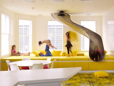 parco giochi scivolo in acciaio opera di Ab Rogers parte della Rainbow House , un'allegra residenza londinese all'insegna del colore