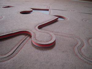 Un gioco per adulti il bellissimo tappeto in feltro, versatile e componibile. Parliamo di Een Stukje Tapijt delle designer olandesi Arjan van Raadshooven & Anieke Branderhorst che conaltri creativi hanno fondato il collettivo Vij5