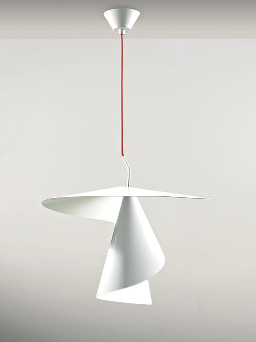 tro Ironica, giocosauna spirale di luce, quasi una trottola che si libera nell'aria. Spiry è una sospensione fortemente caratterizzata dal diffusore