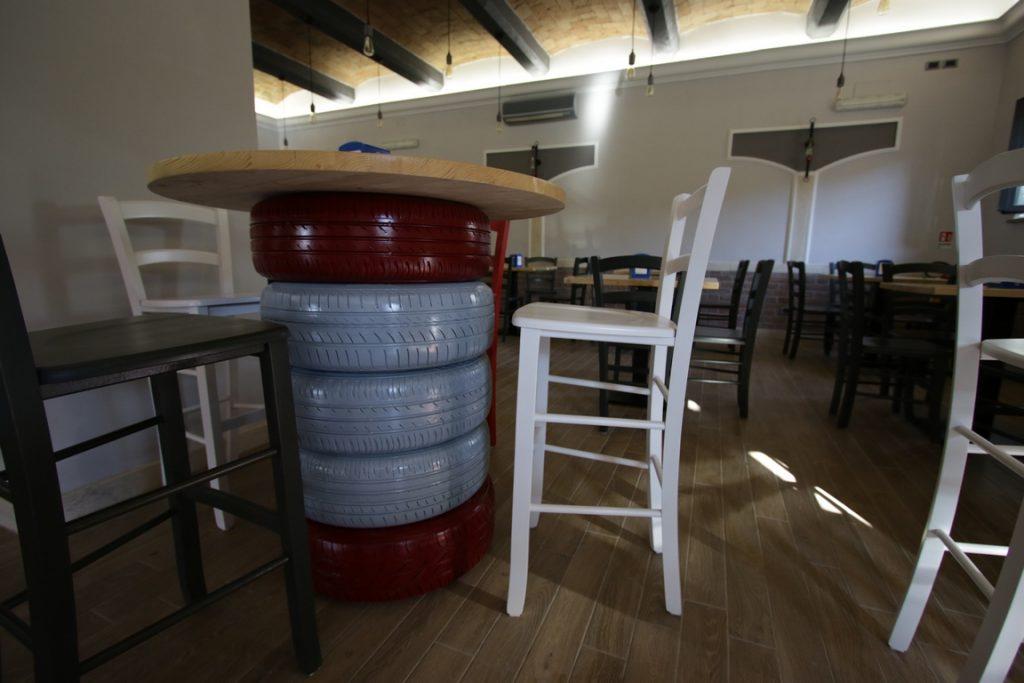 tavoli con elementi di recupero pneumatici