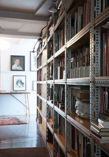 Via Pinterest l'immagine di una semplice ma affascinante e funzionale libreria realizzata con scaffali industriali di metallo